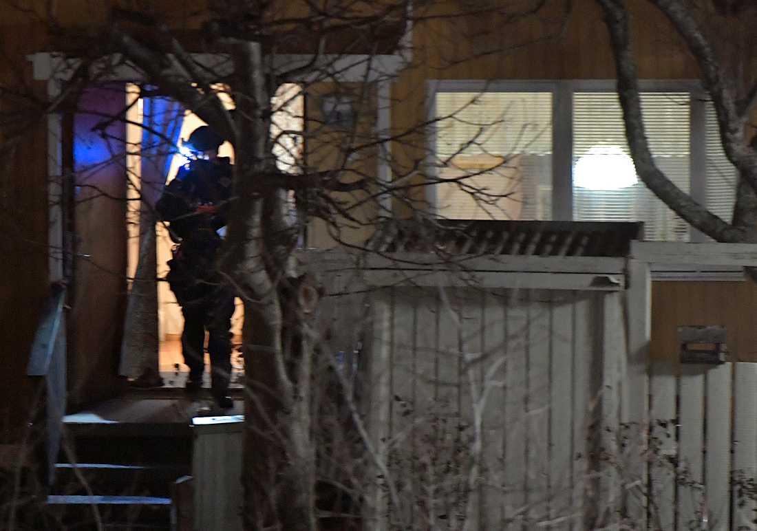 Polisen undersökte bland annat radhuset med bombhundar.