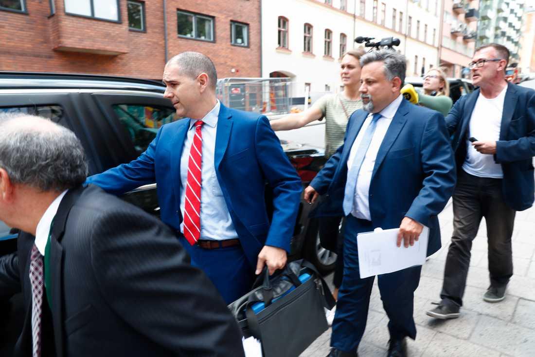 USA:s vice utrikesminister Carl Risch lämnar Kronobergshäktet.