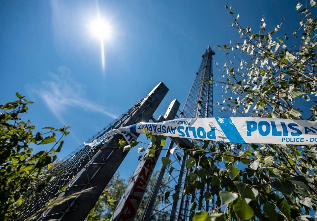 Polisens avspärrningsband vid en telemast i Bunkeflostrand i Malmö efter en brand i ett elskåp natten till onsdag.