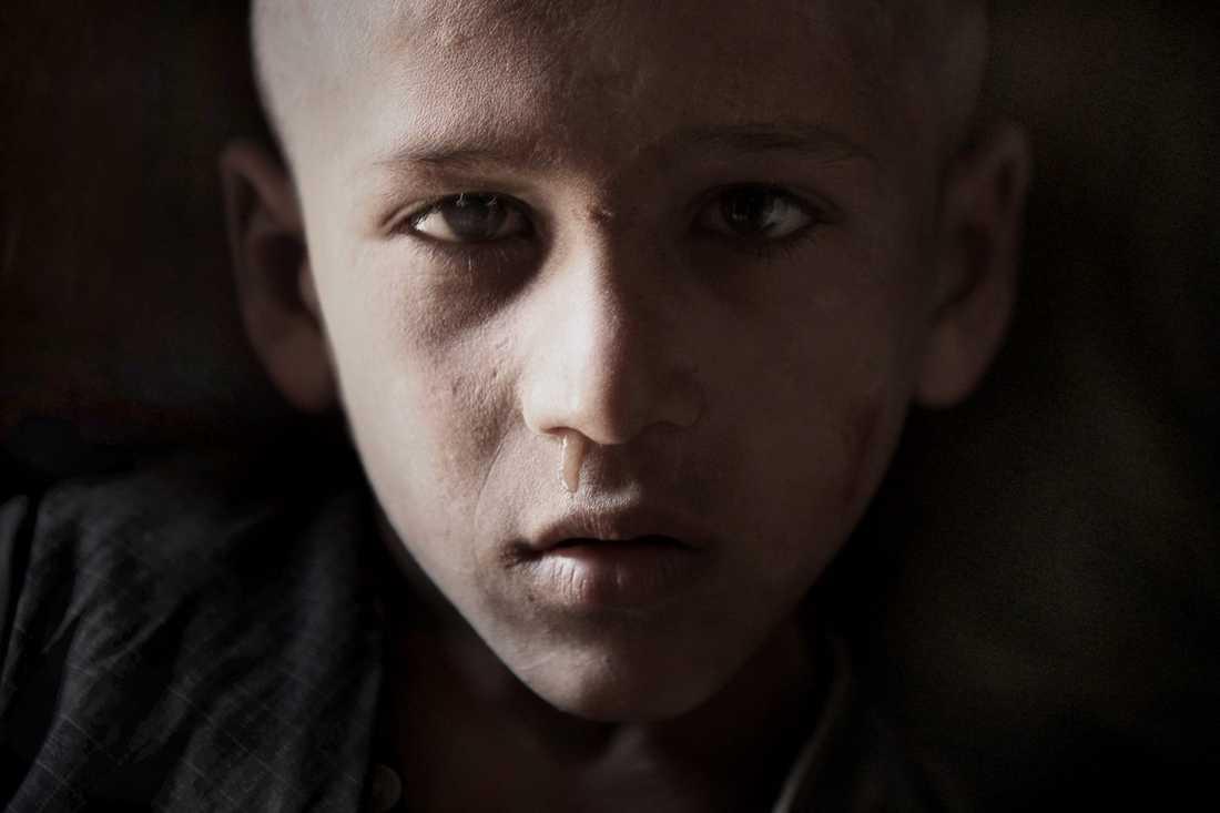 En ung afghansk pojke i den lokala affären.