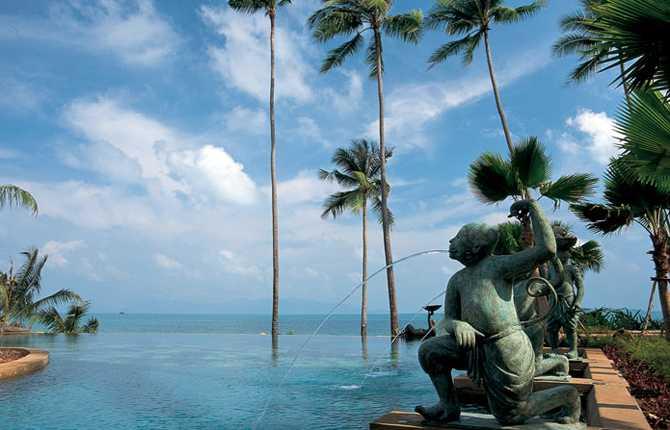 ANANTARA RESORT & SPA, KOH SAMUI, THAILAND Härlig oändlighetspool som tycks försvinna ut i havet. Den törstige behöver inte ens kliva upp ur badet, ta bara några simtag till swim-up baren som serverar färgglada drinkar.