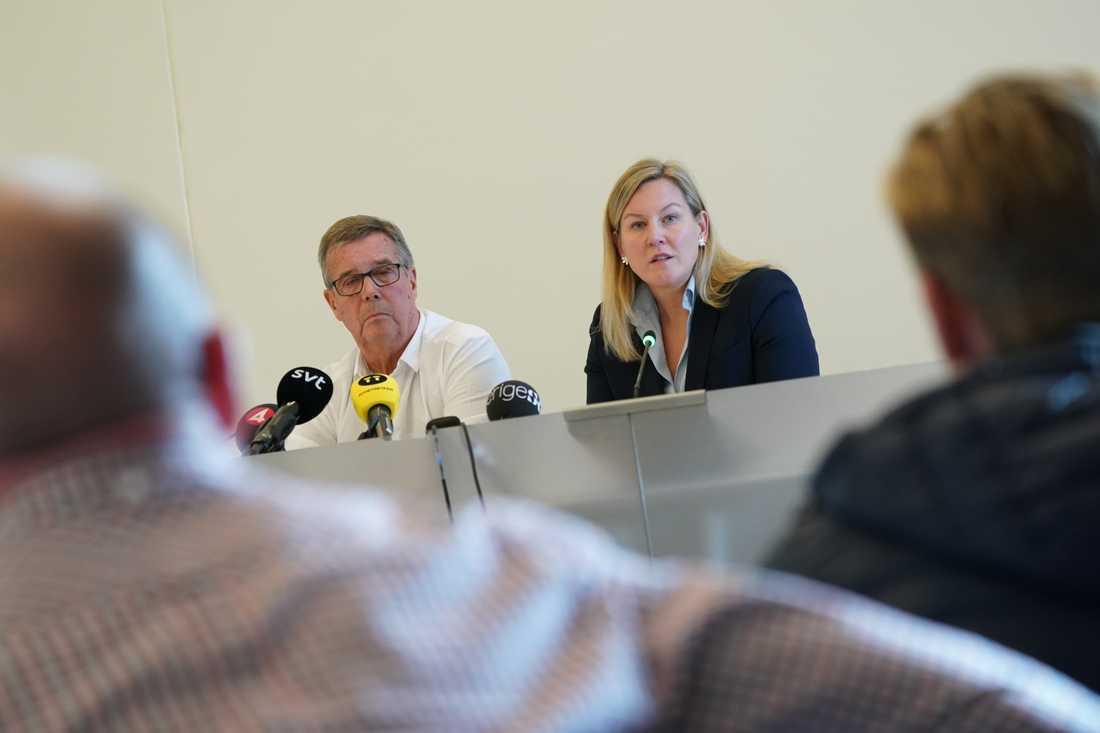 Kommunstyrelsens ordförande Cecilia Bladh in Zito (SD) och 1:e vice ordförande Lars-Göran Ritmer (M) vid torsdagens presskonferens i kommunhuset i Hörby.