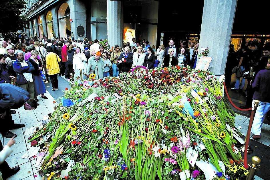Dagarna efter mordet byggdes ett berg av blommor upp utanför NK.