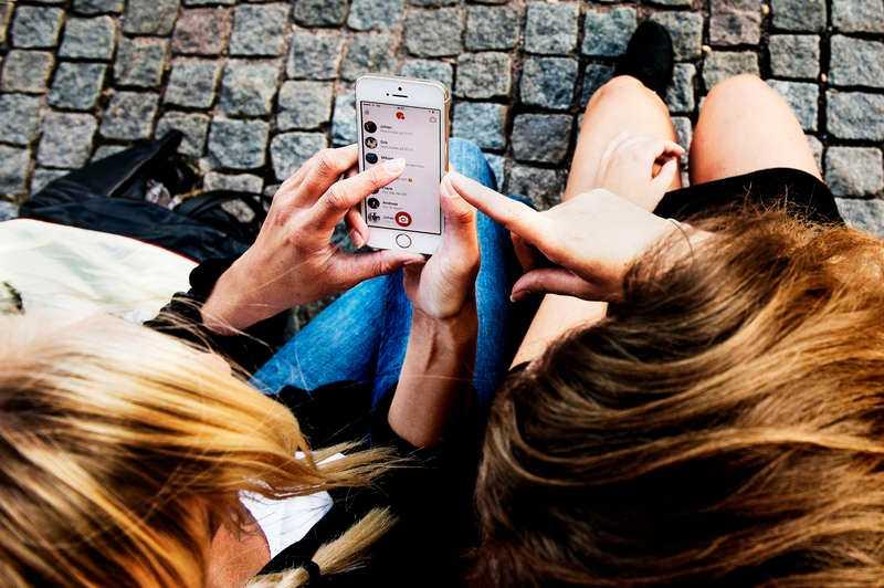 """ANVÄNDER VARJE DAG """"Många ser det som oseriöst. Och jag kan hålla med om att man får skamförslag - folk vill ha sex"""", säger Moa, 25. Hon och jämnåriga kompisen Elin använder dejtingappar dagligen och har båda träffat flera killar genom telefonen."""