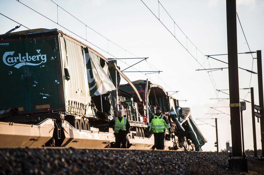 Exakt vad som orsakade tågolyckan är fortfarande oklart. Enligt järnvägsföretaget Banedanmark var det föremål från ett godståg som färdats i motsatt riktning som träffade persontåget på bron.