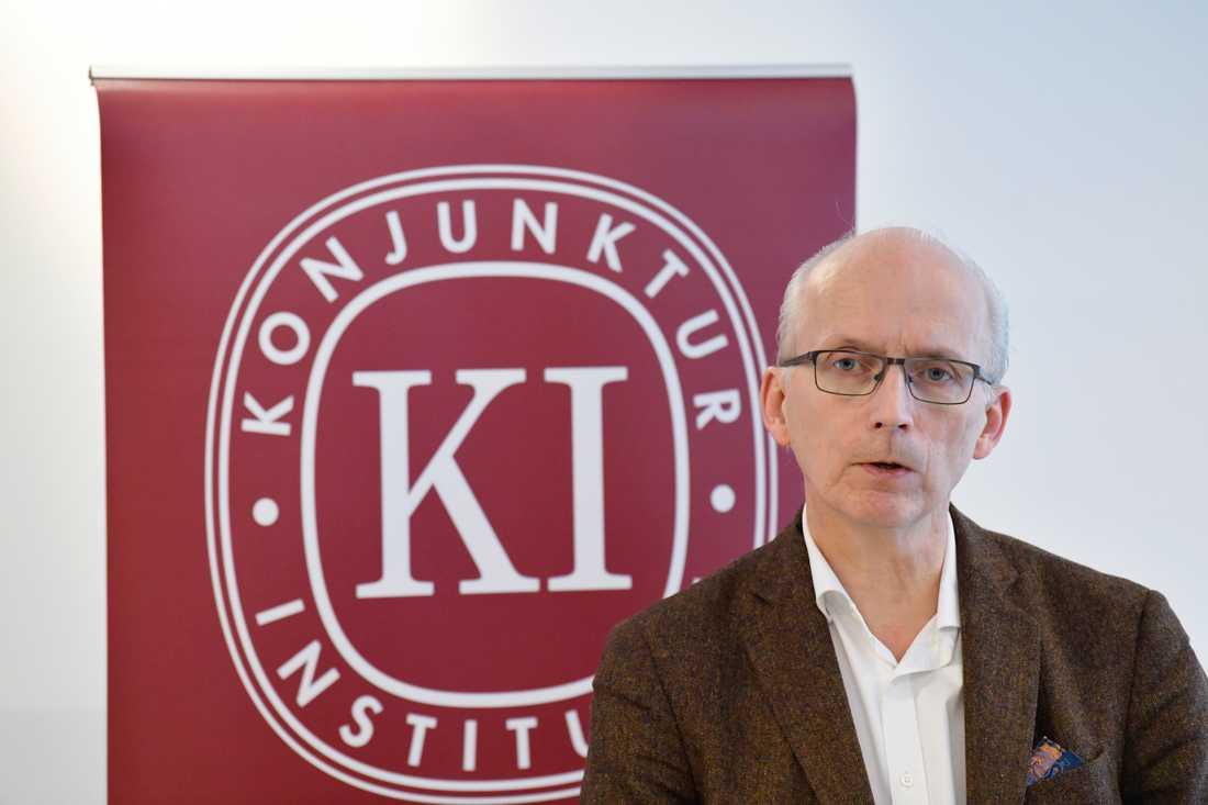 Konjunkturinstitutets generaldirektör Urban Hansson Brusewitz presenterar det ekonomiska läget. Arkivbild.