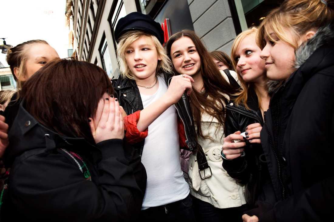 April 2009. Johan Palm spelade in en video till sin nya singel på Drottninggatan i Stockholm och stormades av entusiastiska fans.