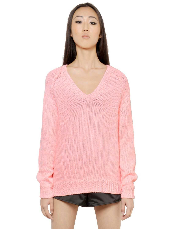 1. Matcha den här härligt rosa tröjan med en tunn polo under för kallare dagar.