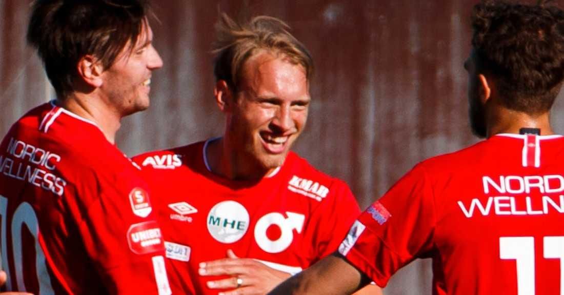 Villiam Dahlström jublar med lagkamrater.
