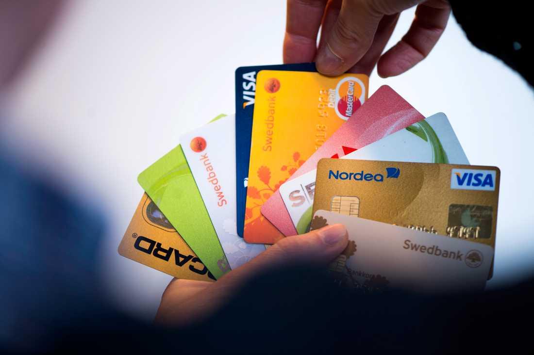Polisen och Försvarsmakten hör till de myndigheter som förser anställda med kort för inköp. Nu varnar Riksgälden för säkerhetsrisker. Arkivbild.