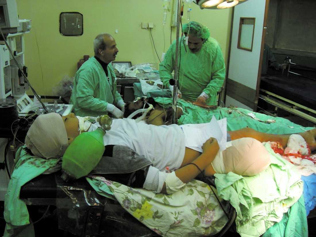 """KÖ TILL OPERATIONSBORDET """"Folk dör i våra händer. Vi har fått in 100 patienter i dag. Många av dem är barn. Det är en förfärlig situation här"""", säger narkosläkaren Mads Gilbert."""