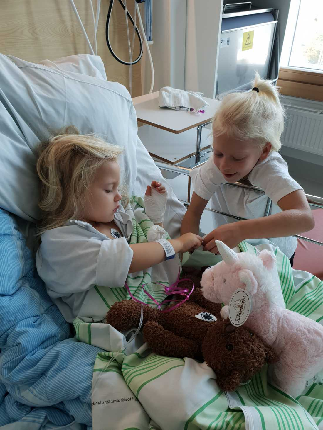 Här har hon besöka av sin bror Millian.