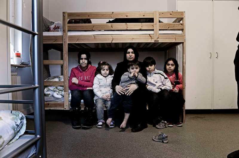 5 DECEMBER, RÖSTÅNGA De har flytt krigets Syrien. Nu bor den 29-åriga mamman och hennes fem barn på Blinkarpsgården, ett asylboende i Röstånga, några mil utanför Landskrona. Eftersom de saknar vinterkläder kan familjen inte gå ut.
