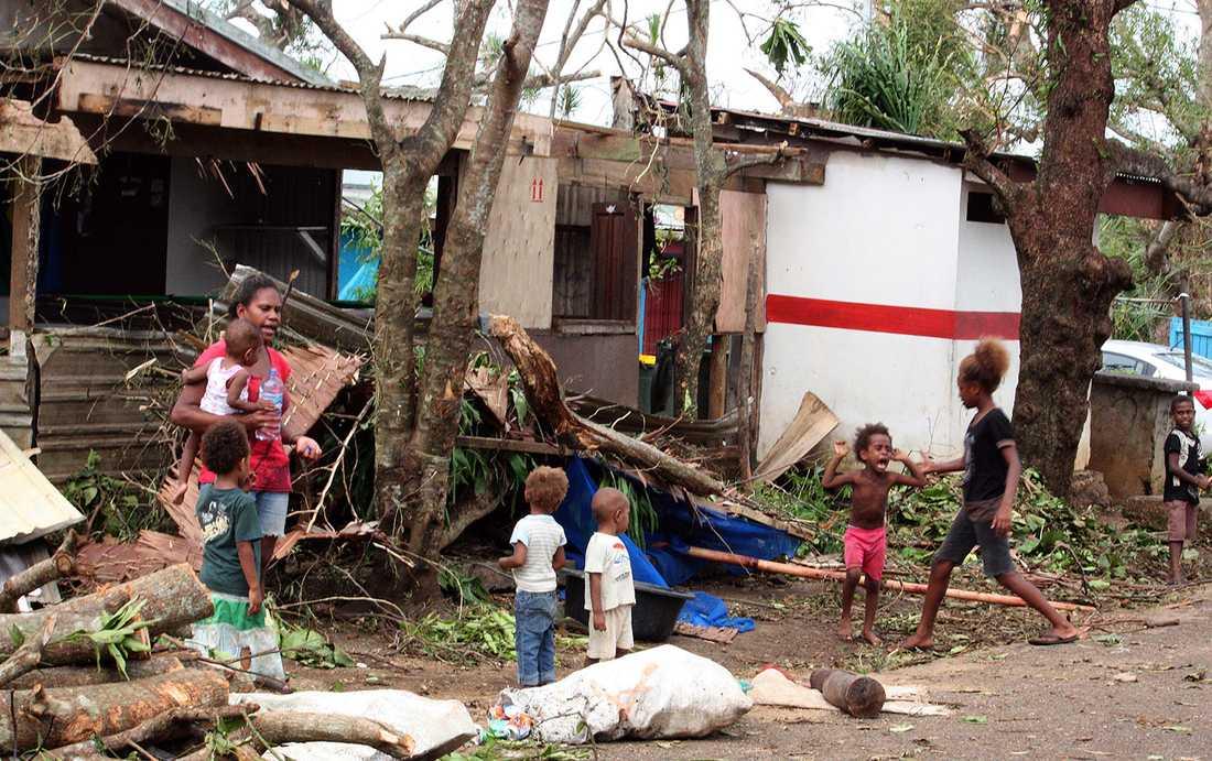 Barnfamiljen vid huset som är belamrat av bråte i Port Vila.