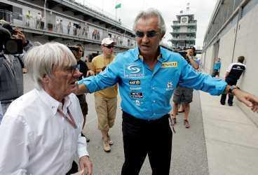 F1-bossen Bernie Ecclestone i samtal med Renaults chef Flavio Briatore.