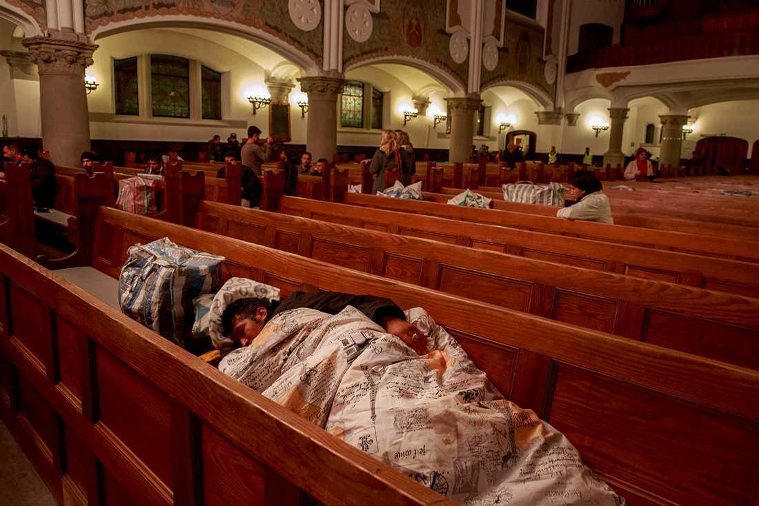Runt 100 personer kan sova i de 50 kyrkbänkarna i den gamla kyrkan.