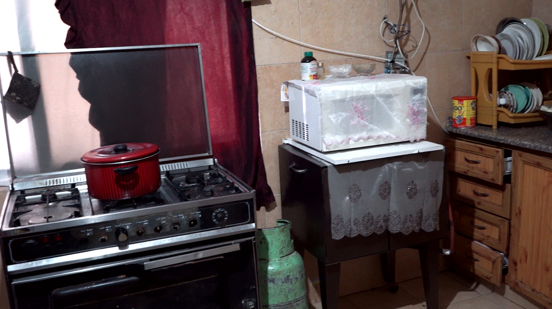 Här i familjens kök driver mamman Suroor Osama Hamsh en mindre affärsverksamhet.