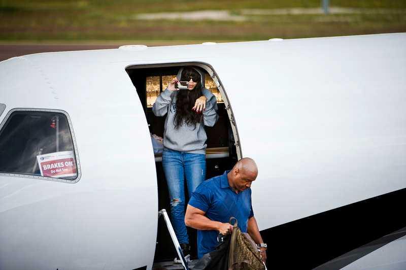 HÄR LANDAR VÄRLDSSTJÄRNAN I MORA Rihanna och hennes följe kom till Mora i en lyxig privatjet. Stjärnan filmade själv pressuppbådet som mötte på flygplatsen.