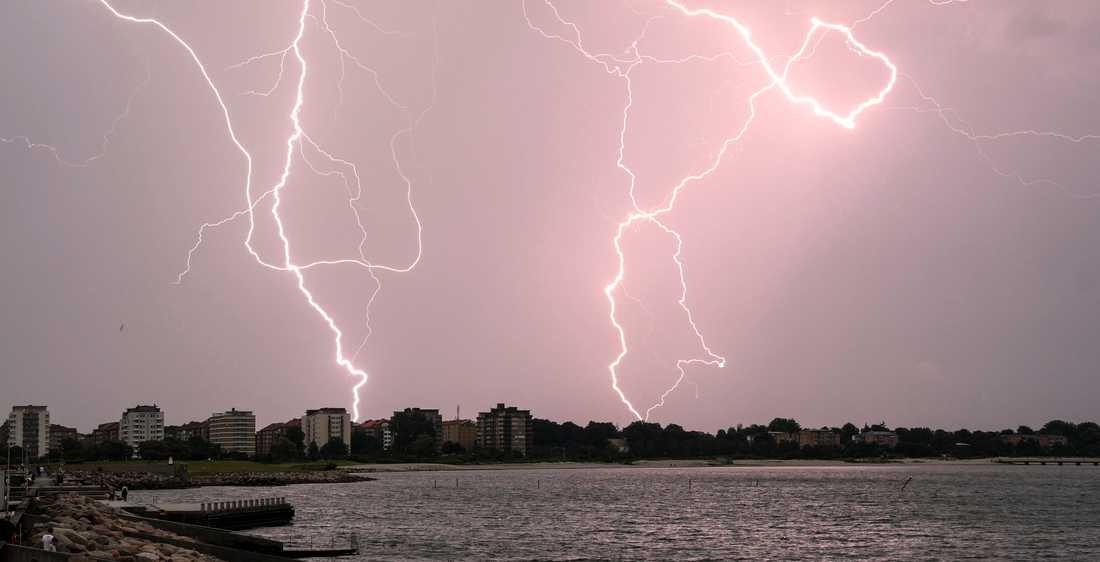 MALMÖ 2016-06-25 Blixtar över Ribersborg i västra Malmö vid 21-tiden på midsommardagen.
