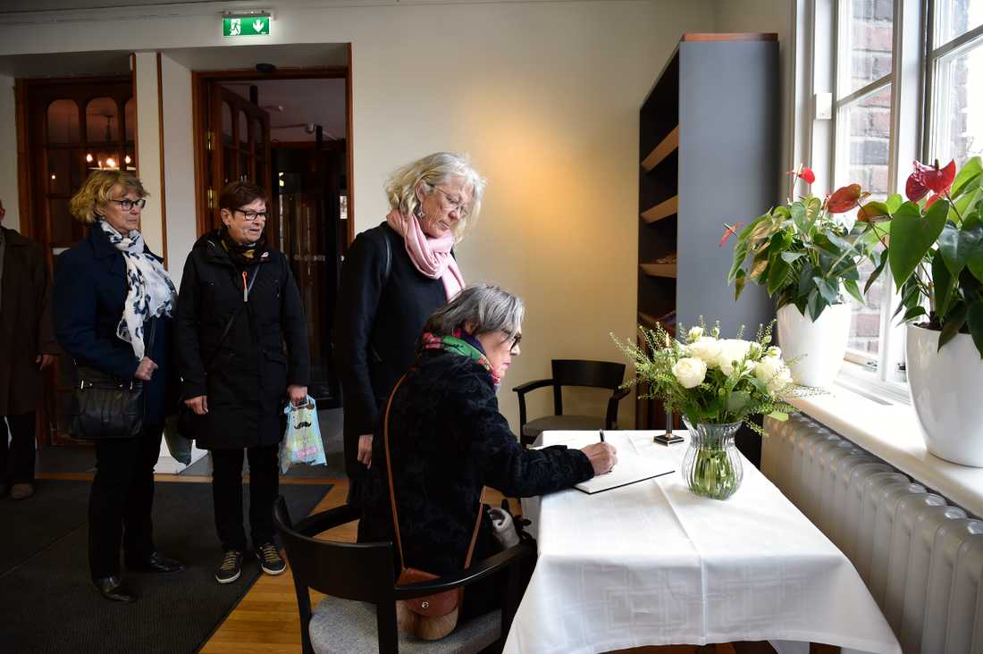 Besökare skriver i kondoleansboken i Stadshuset