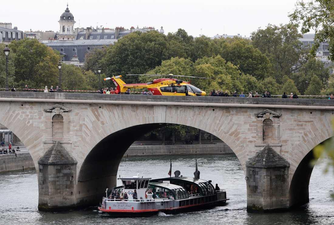 En ambulanshelikopter på en bro över floden Seine i Paris.