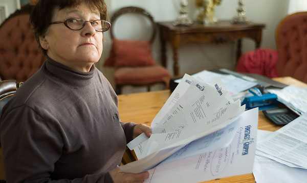 """vägrar betala  72-åriga Carin Nilsson drunknar i fakturor och kravbrev som ett blufföretag försökt lura på henne. """"Jag tänker inte betala någonting"""" säger hon. Nu kan Aftonbladet dessutom avslöja att tidigare dömda brottslingar arbetar för företaget som låtsas hjälpa kunder med fejkfakturor."""