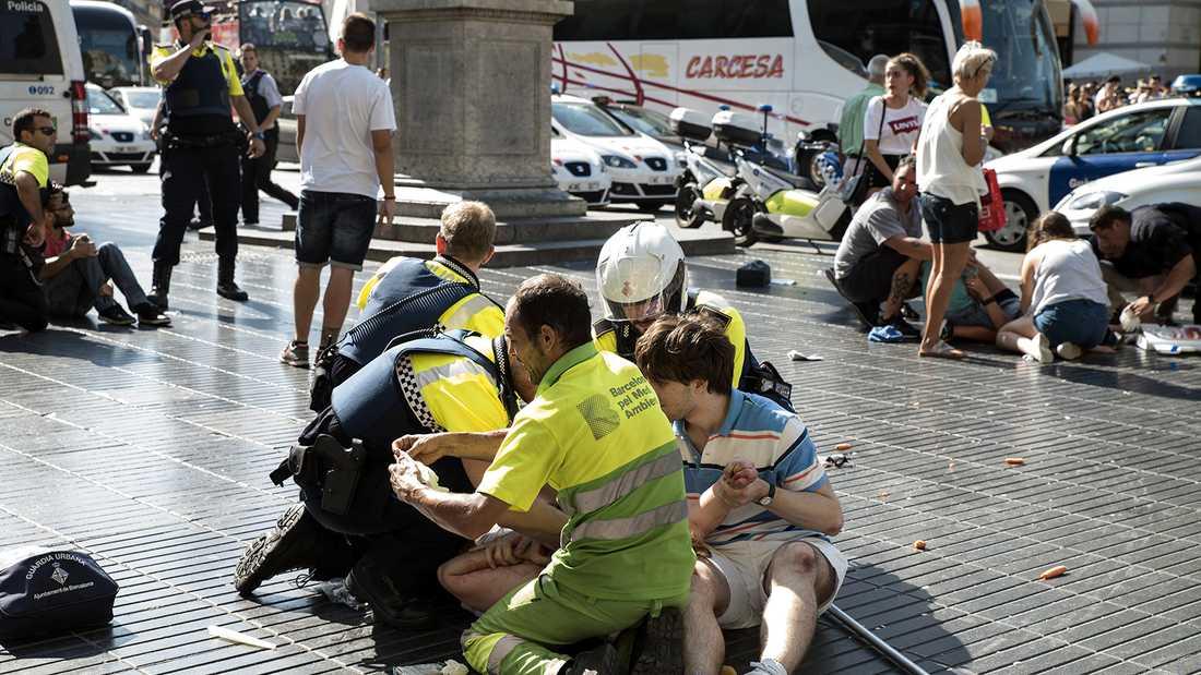 Kaos efter skåpbilsattacken på paradgatan La Rambla i Barcelona.