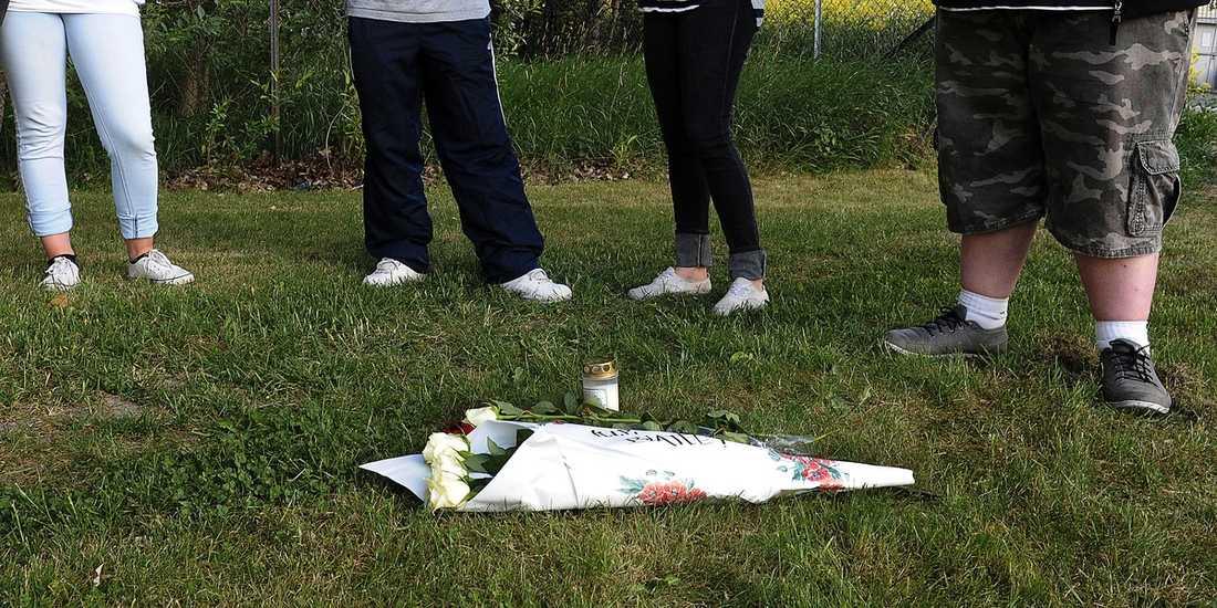 HEDRAD AV VÄNNERNA Kompisar till den avlidne 22-åringen besökte i går kväll brottsplatsen för att lämna en blomma framför buskaget där han sköts ihjäl i lördags.