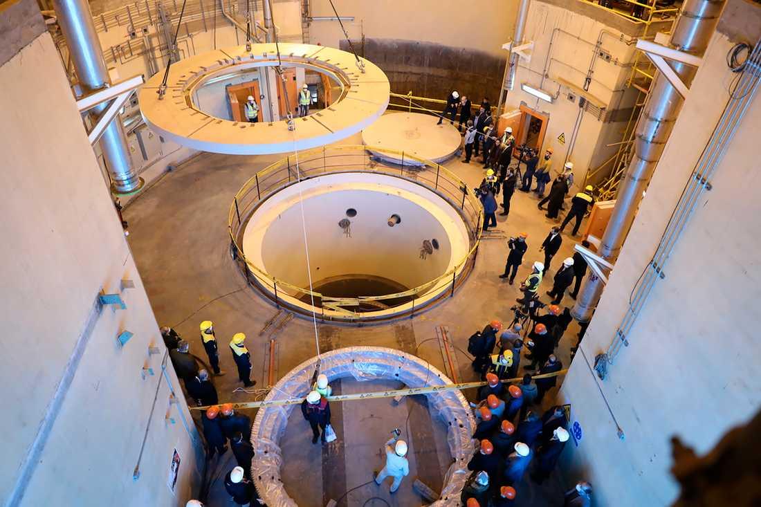 Tekniker i arbete vid en kärnenergianläggning i Iran. Arkivbild.