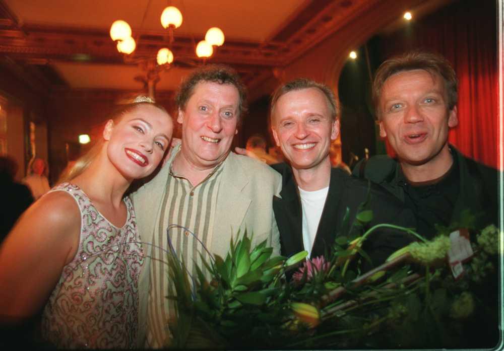 1995 På 50-årsdagen firades Lasse Brandeby av vännerna Regina Lund, Johan Ulveson och Björn Skifs.
