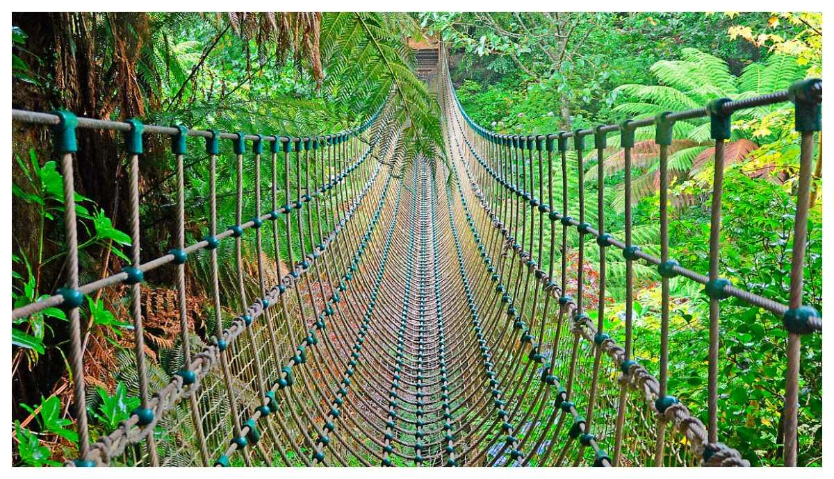 I The Lost Gardens of Heligan finns en burmesisk bro.