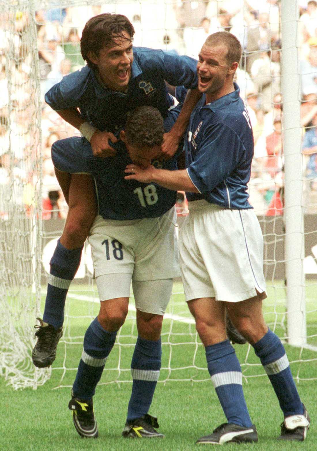 Inzaghi jublar med Roberto Baggio och Gianluca Pessotto efter ett mål i VM 1998.