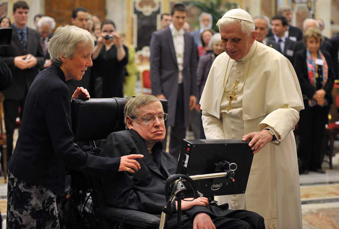 Hawking träffar påve Benedictus 2008.