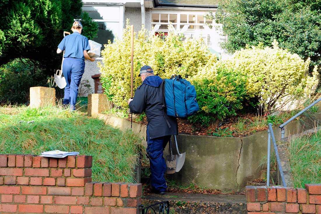 Brittiska polisen på väg till den misstänkta mordplatsen.