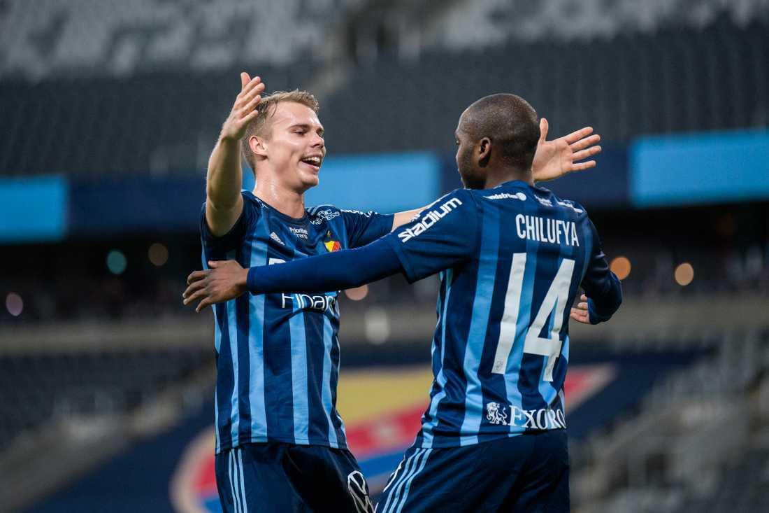 Elias Andersson omfamnar Edward Chilufya.