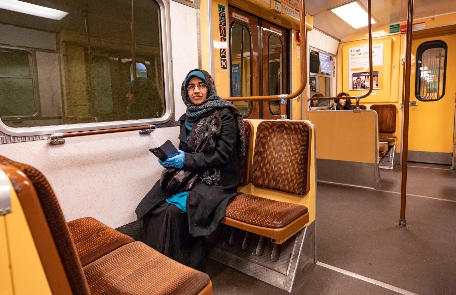 """""""Jag har inget val, jag måste ta tunnelbanan"""", säger Asma, 41."""