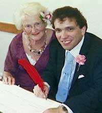 Kärleken växer – Jag älskar Simon mer för varje dag, säger Edna Townsend, 72, som för ett år sedan gifte sig med Simon Martin, 32.
