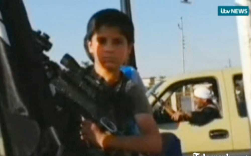 Isis rekryterar barn i Irak. På nytagna bilder syns unga, beväpnade, pojkar färdas med rebellerna