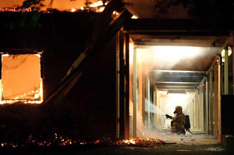 Branden startade i en container bakom ett apotek och spred sig upp i taket på byggnaderna i kvarteret.