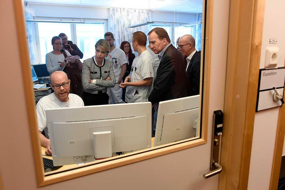 Stefan Löfven får en genomgång av verksamheten vid Hälsocentralen i öländska Borgholm.