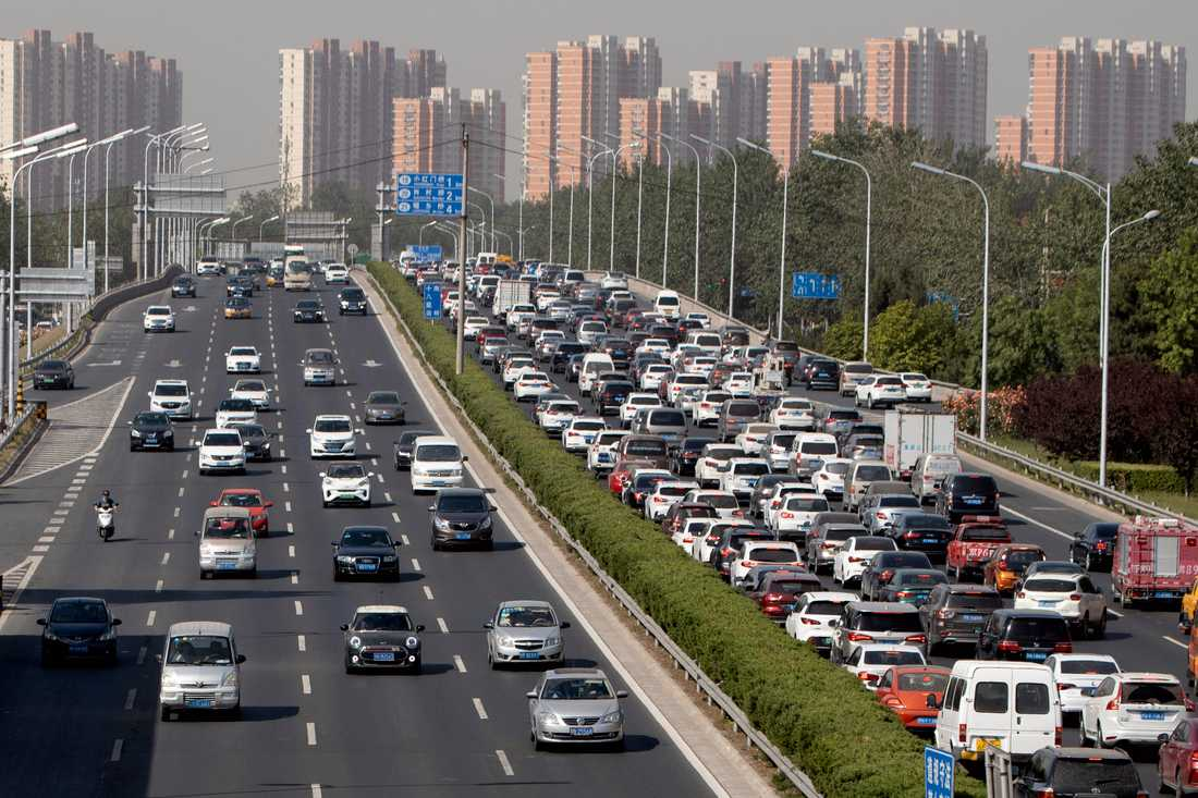 Snigelfart på motorvägen i Peking. Efter att ha minskat kraftigt när staden stängde ökar nu biltrafiken igen. Arkivbild.