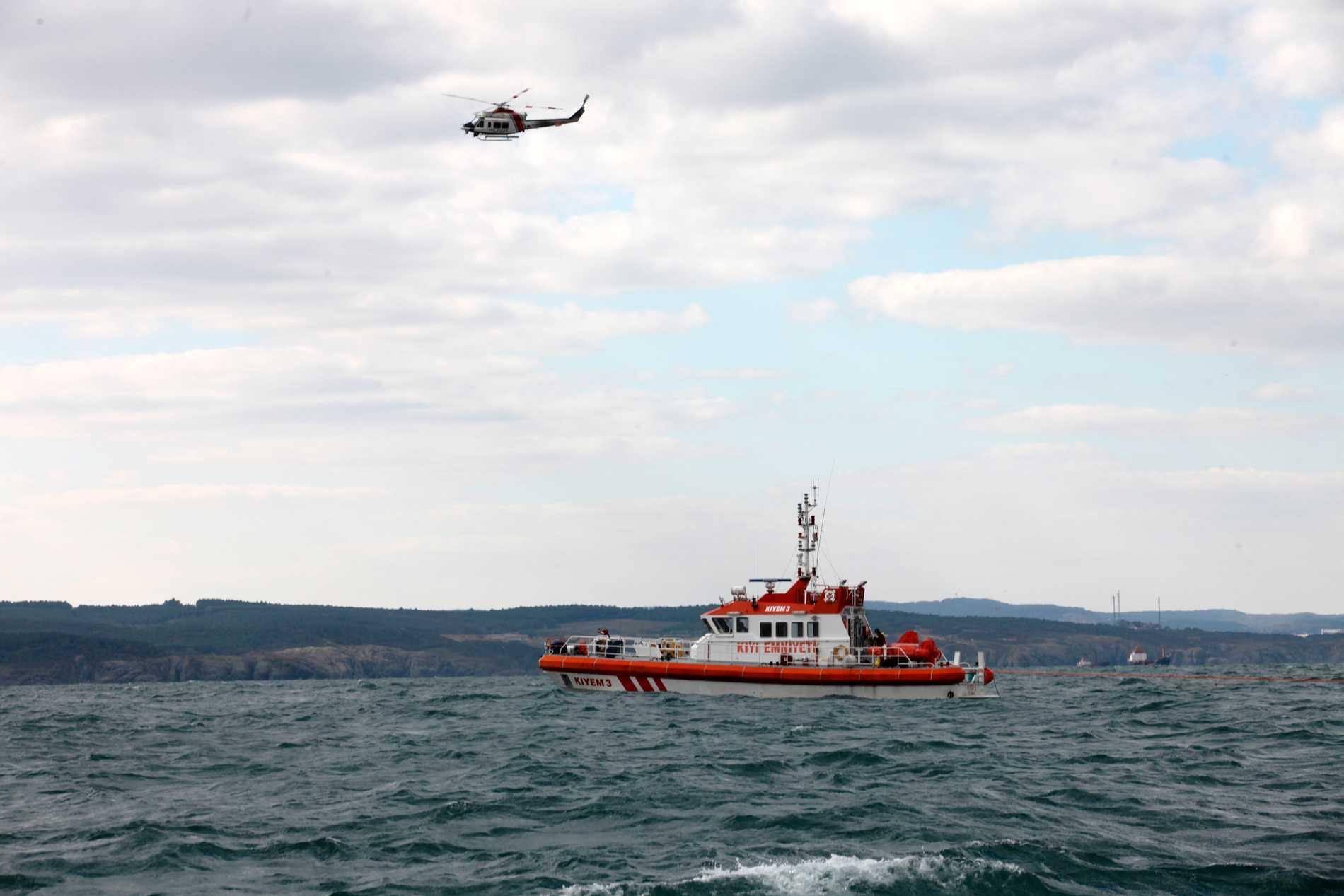 En båt från den turkiska kustbevakningen söker efter överlevande efter att en migrantbåt sjunkit 2014. Arkivbild.