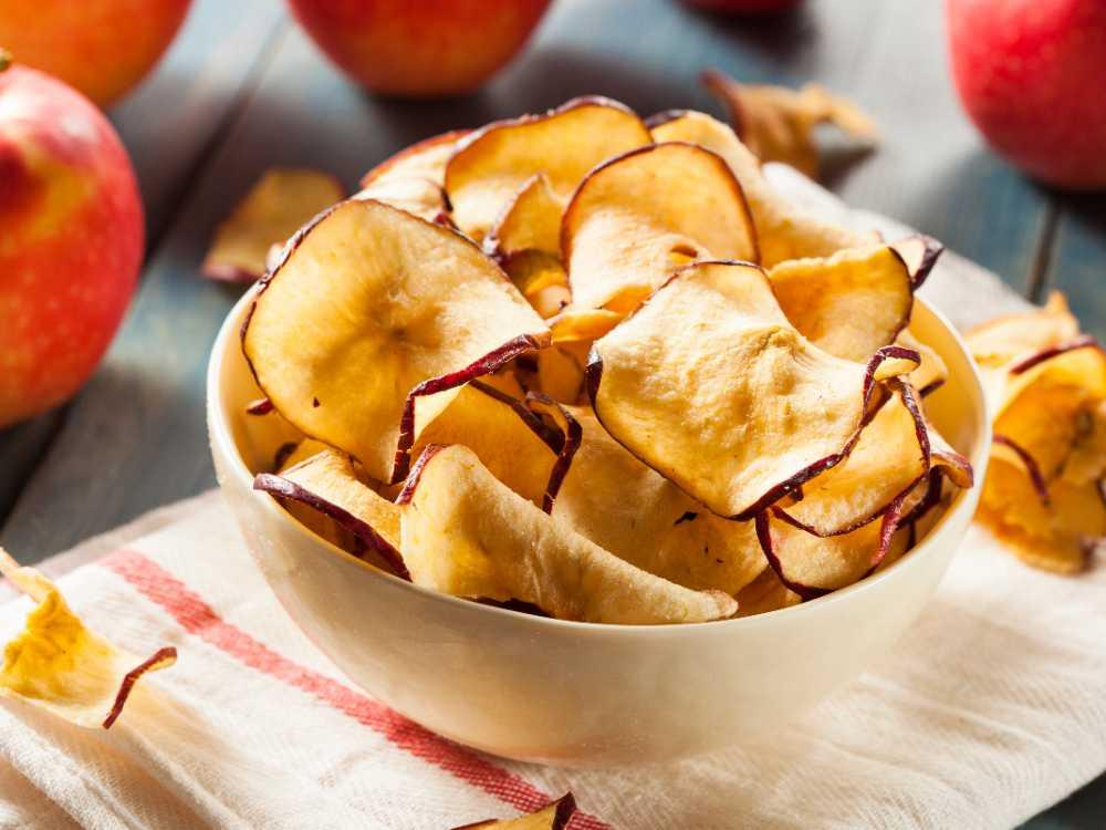 Hemgjorda äppelskivor är gott.