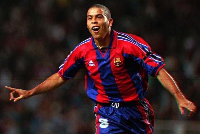 Ronaldo firar ett av många mål i Barcelonas tröja.