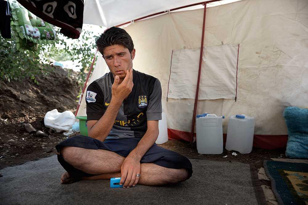 Fewaz, 22, skulle avrättas tillsammans med 73 andra yaziditier av den Islamska staten. Han och en annan man undkom genom att spela döda.