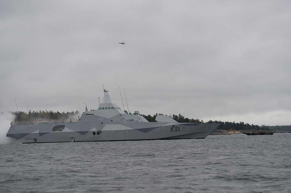 Försvarets korvett HMS Visby i Stockholms skärgård på söndagsmorgonen.