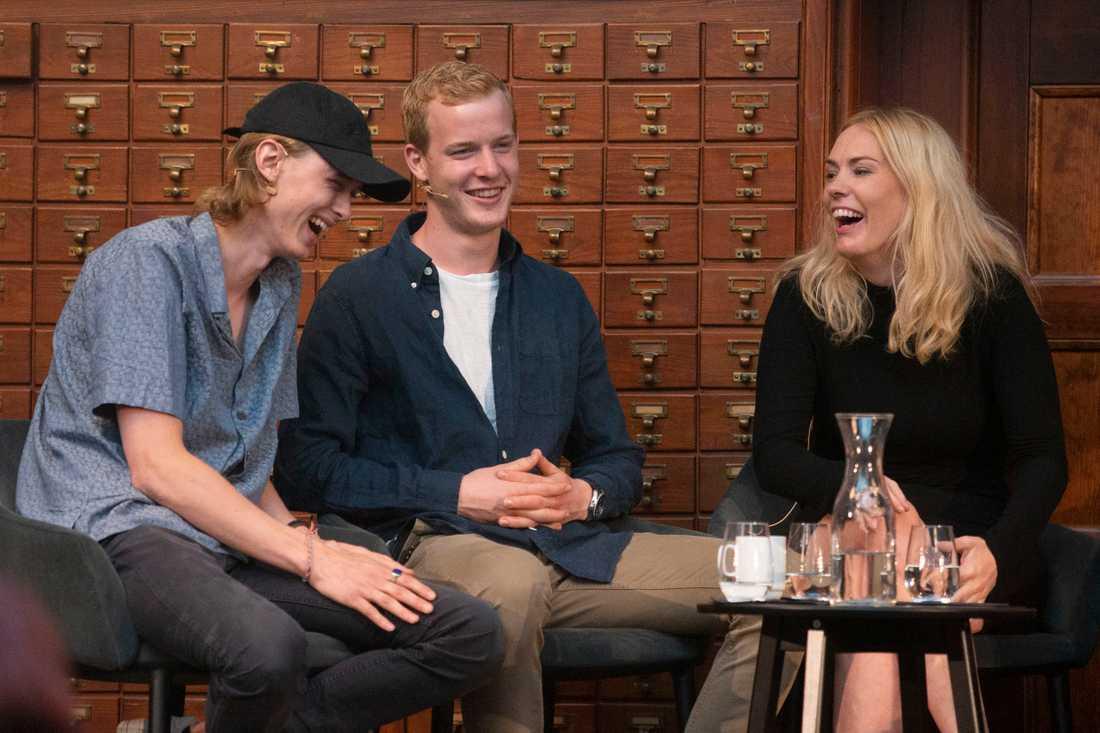 """Julie Andem tillsammans med """"Skam""""-skådespelarna Henrik Holm och Carl Martin Eggesbø när manuset till """"Skam"""" i år lämnades över till det norska Nationalbiblioteket. Arkivbild."""