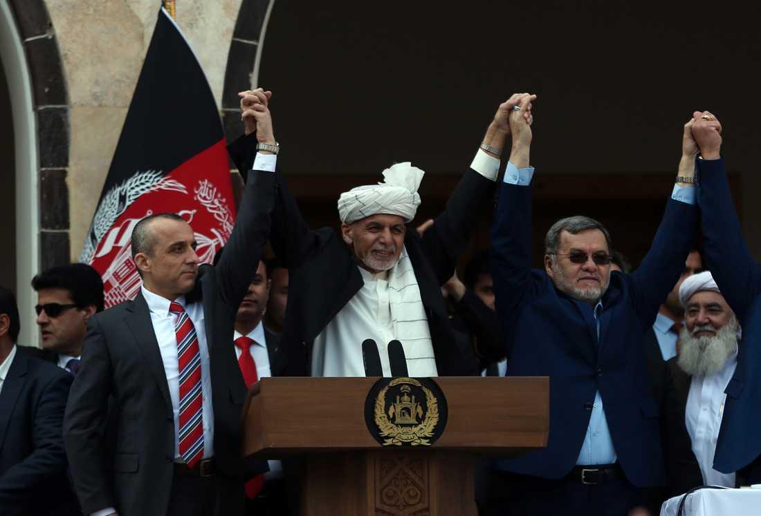 Afghanistans president Ashraf Ghani, i vit turban, vid måndagens installationsceremoni i Kabul.