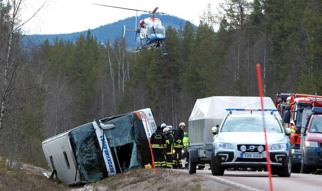 52 barn i åttonde klass fanns på bussen – tre av dem dog i olyckan vid Siksjön utanför Sveg.