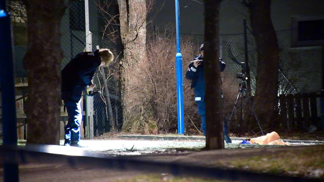 Polisen undersöker platsen där mannen sköts.